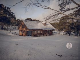 rustic cottage in Snowy Mountains NSW while snowing. Australian rustic accommodation.