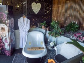 Our garden bathroom is perfect to wash away your stress. Bubbles, mountain views & kangaroos.