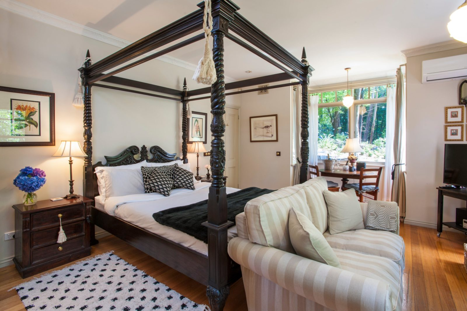 Queen size four poster bed