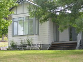 Beautifully appointed holiday home that comfortably accommodates 10 people