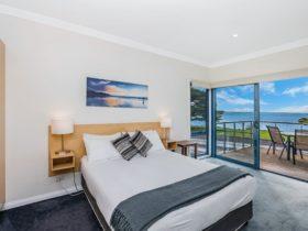Spa Suite Bedroom – Queen Size Bed, Balcony, Ensuite
