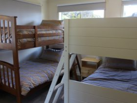 bedroom (2 x bunks (=4 x singles)